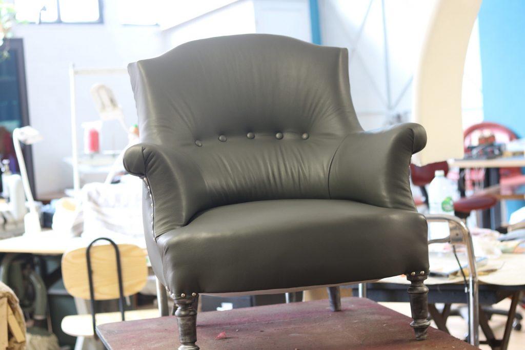 habillage d'un fauteuil crapaud en cuir