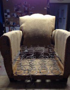 Changement des ressorts d'assise sur fauteuil club en cuir