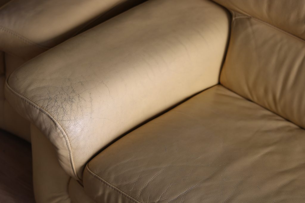 exemple de canapé en cuir décoloré