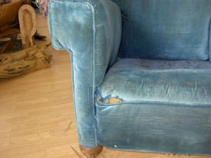 passage du tissu au cuir d'un fauteuil club