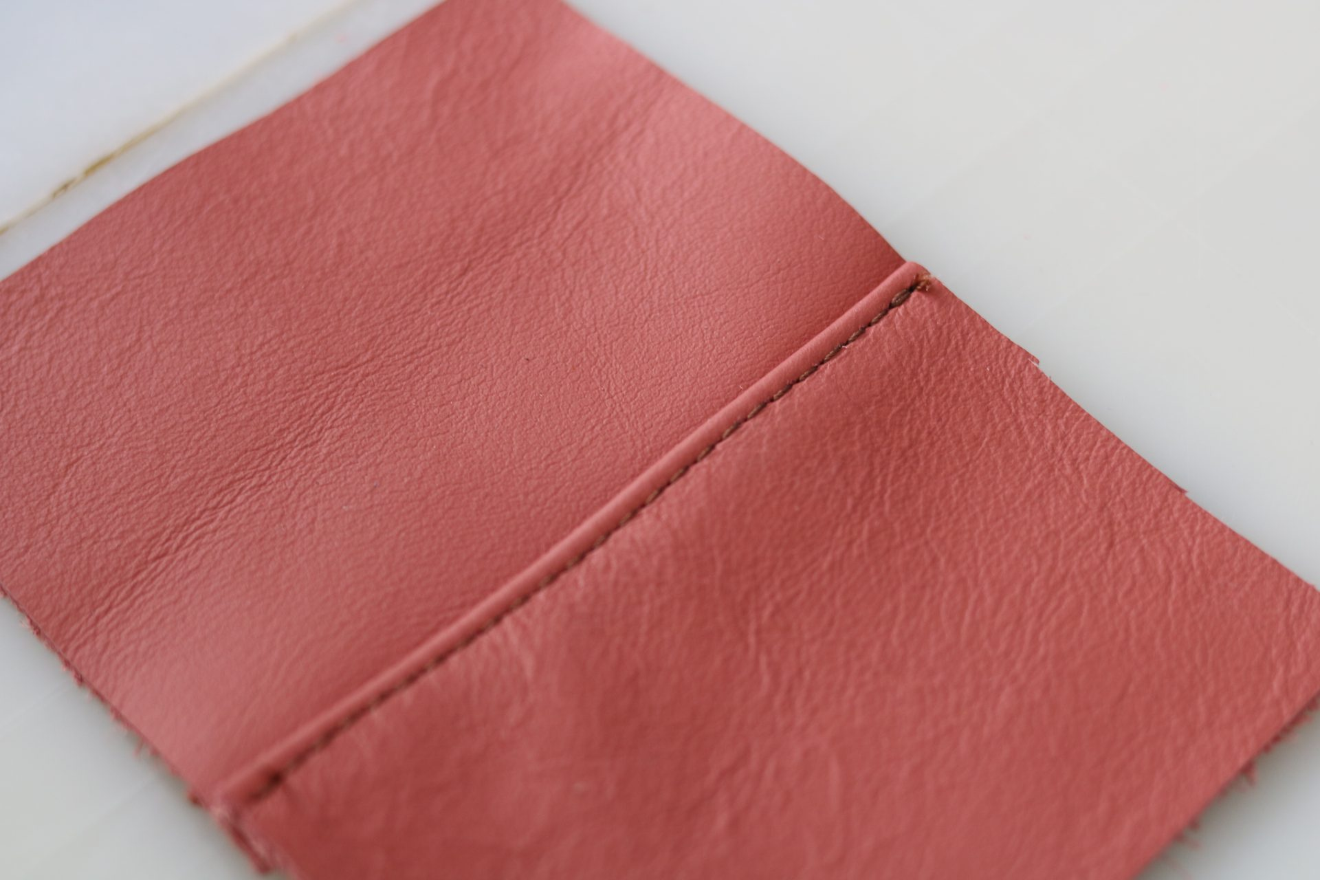 exemple de couture plaquée sur cuir