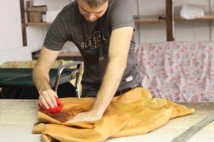 préparation avant teinture d'une veste en cuir