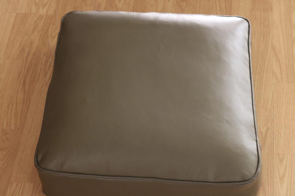 Changement de cuir et teinture pour ce dessus de coussin de canapé