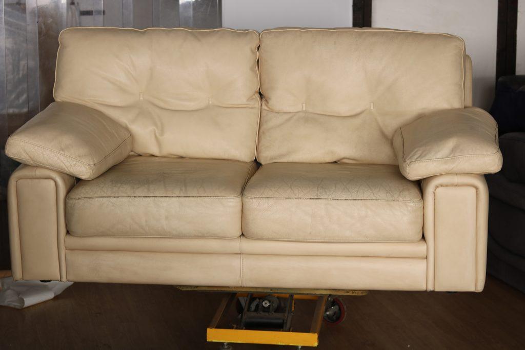 Canapé en cuir abîmé avant intervention