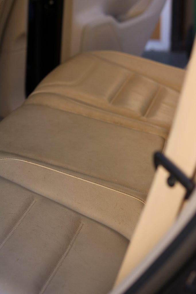 sièges arrière de voiture en cuir décolorés et vieux